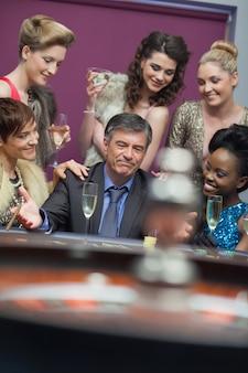 Uomo circondato da donne che accettano la perdita