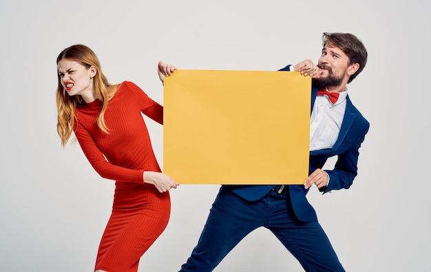 L'uomo prende il mockup dalle mani della donna pubblicizzando emozioni divertenti