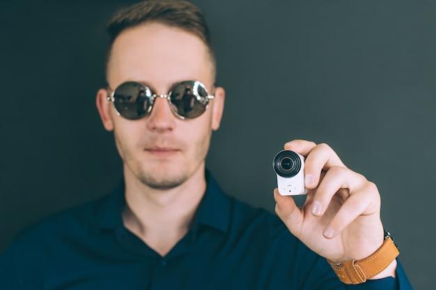 L'uomo scatta foto, video con una action cam