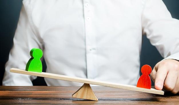 Un uomo si schiera dalla parte di una figura rossa in una disputa mediatore e arbitro. perdere un conflitto e ottenere un vantaggio per un avversario