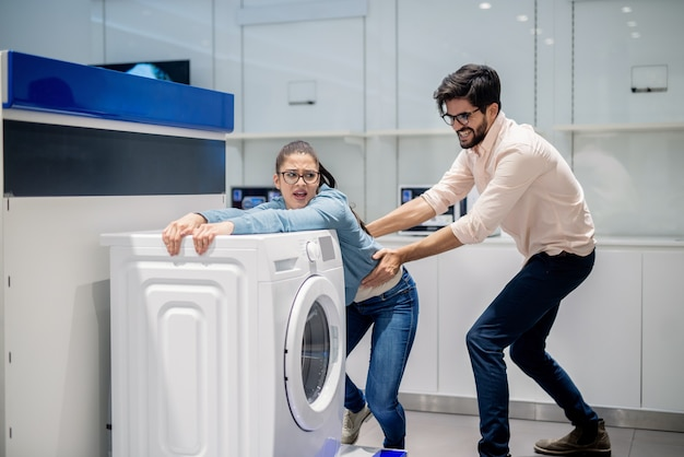Uomo che porta via la moglie dalla lavatrice