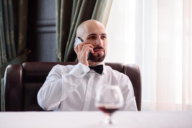 Uomo che parla al telefono al ristorante