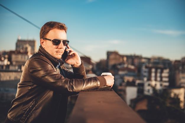L'uomo parla al telefono
