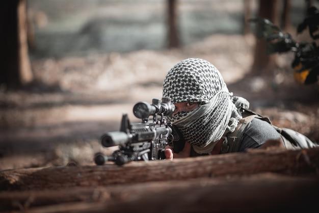 Equipaggi il terrorista che indossa una maschera e che tiene una pistola, concetto del terrorista