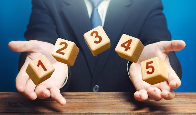 L'uomo lancia blocchi di legno numerati