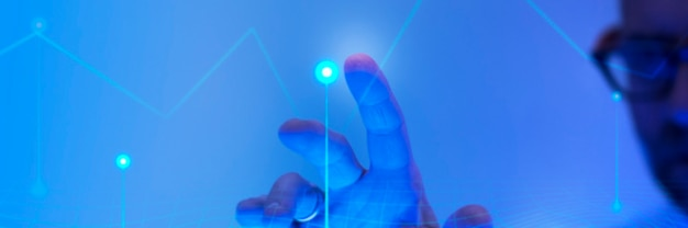 Uomo che tocca lo schermo blu futuristico