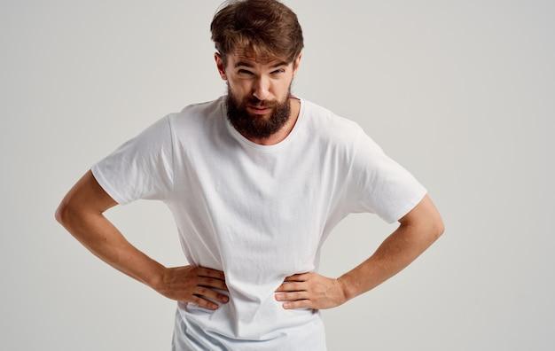 Uomo che tocca lo stomaco con problemi di stomaco dolore alla mano