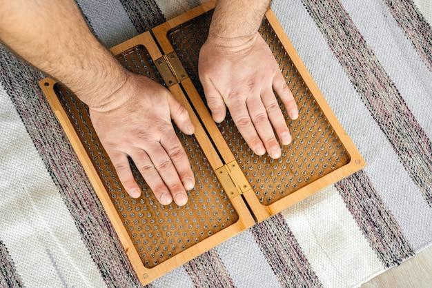 Uomo che tocca il bordo di sadhu di legno di yoga