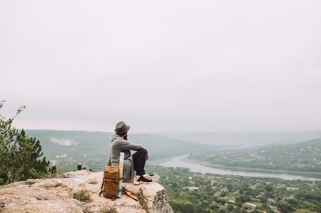Viaggiatore dell'uomo con zaino e mappa.
