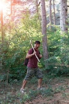 Uomo che viaggia nella foresta in montagna