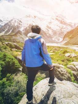 Uomo che viaggia nel paesaggio di catene montuose