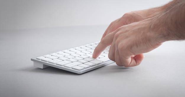 Uomo che digita sulla tastiera del computer