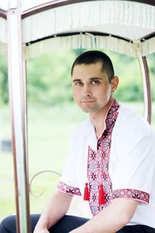 Uomo in un ricamo ucraino in carrozza