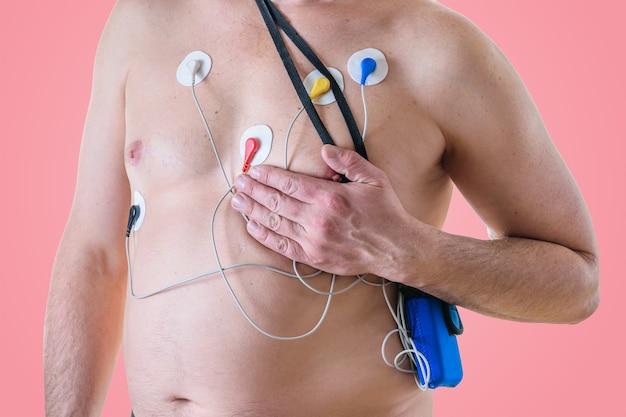 Un uomo si sottopone a un esame del cuore e si porta la mano sul seno sinistro