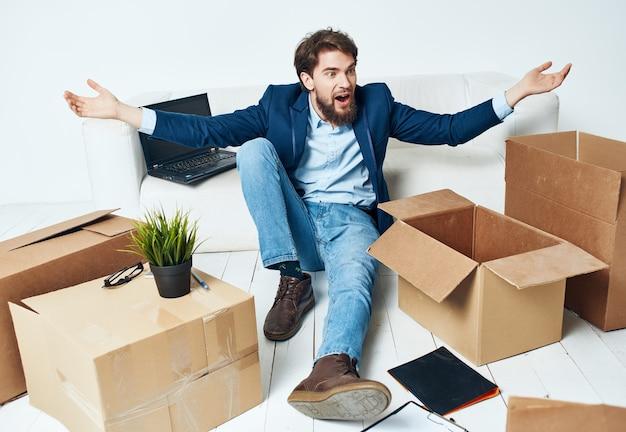 Uomo che disimballa scatole nuovo manager ufficiale di lavoro