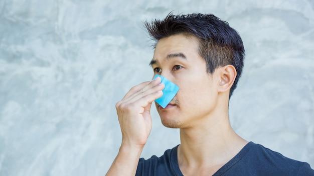 L'uomo usa la carta struccante sul viso.