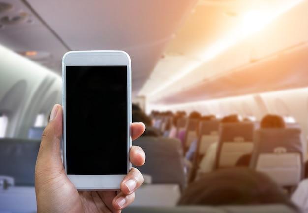 L'uomo usa il telefono in aereo offuscata