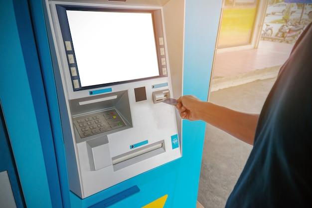 Un uomo usa una carta bancomat.