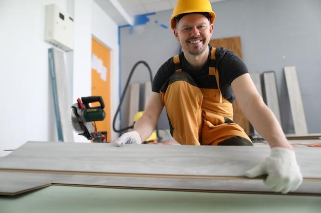 Un uomo usa una sega circolare per tagliare un laminato
