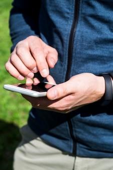 Un uomo usa uno smartphone all'aperto