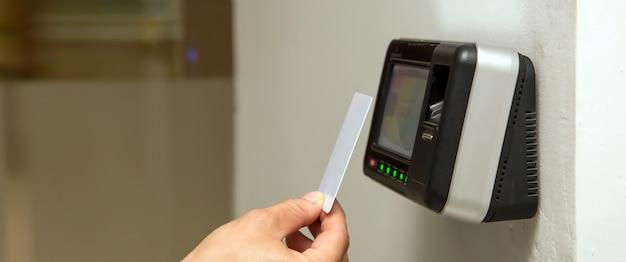 Uomo che utilizza la carta per eseguire la scansione al controllo accessi