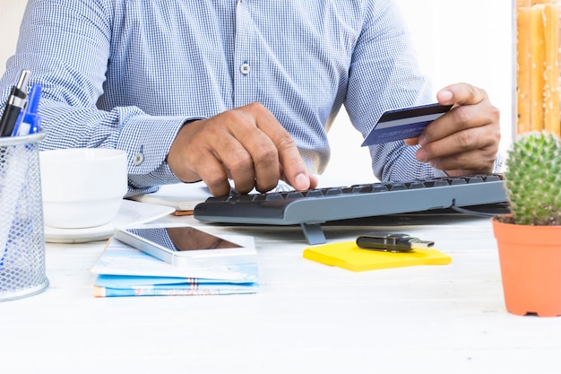 Uomo che utilizza la carta di credito per il pagamento shopping online in viaggio e viaggio.