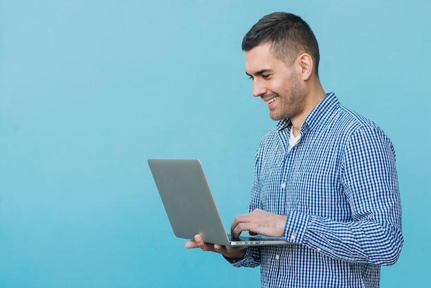 Uomo, usando, laptop
