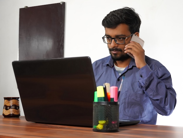 Uomo che usa l'immagine del telefono cellulare