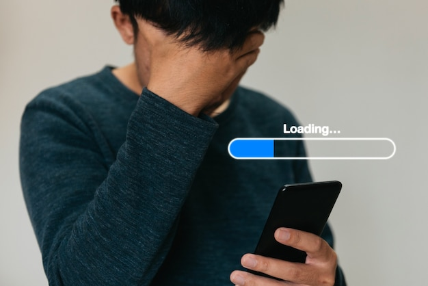 Uomo che utilizza il telefono e l'icona che caricano il concetto di aggiornamento dell'effetto ologramma e la trasformazione del business