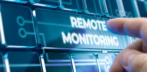 Uomo che utilizza un sistema di monitoraggio remoto premendo un pulsante sull'interfaccia futuristica. concetto di affari