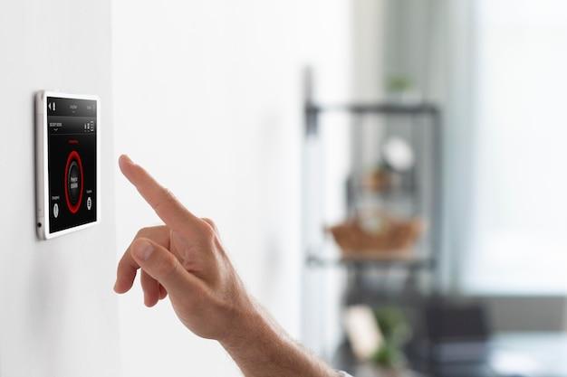 Uomo che usa un tablet per la casa intelligente