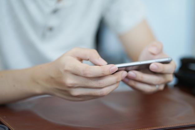 Uomo che utilizza il dispositivo mobile smart phone per giocare