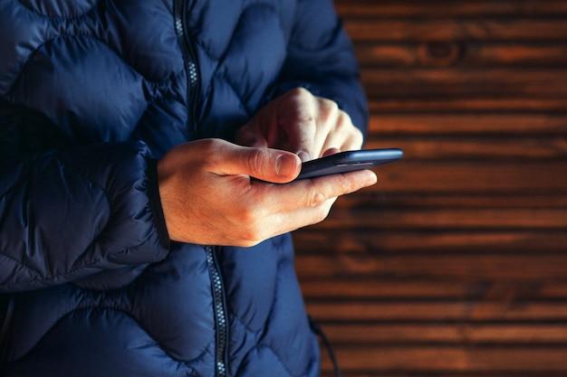 Uomo che usando app per smartphone all'aperto