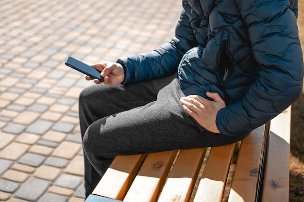 Uomo che usando uno smartphone in città