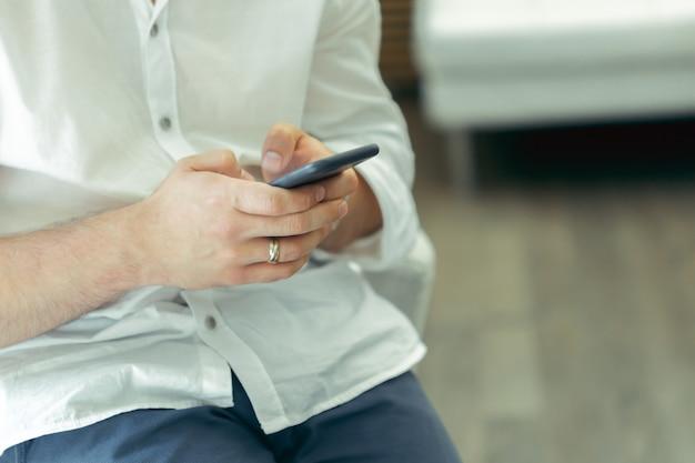 Uomo che per mezzo dello smartphone alla caffetteria