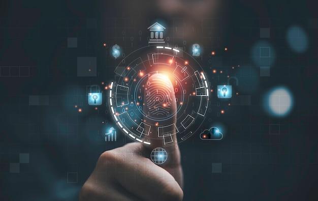 L'uomo che usa il pollice per scansionare le impronte digitali o per l'identificazione biometrica dell'elaborazione digitale per accedere al sistema di sicurezza include l'internet banking, il sistema cloud e il telefono cellulare, il concetto di sicurezza informatica.