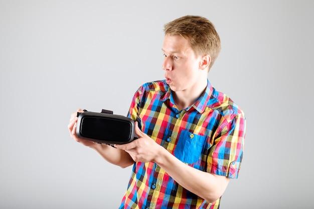 Uomo che usando i vetri di realtà virtuale