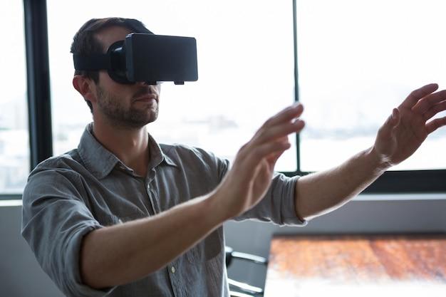 Uomo che utilizza le cuffie da realtà virtuale
