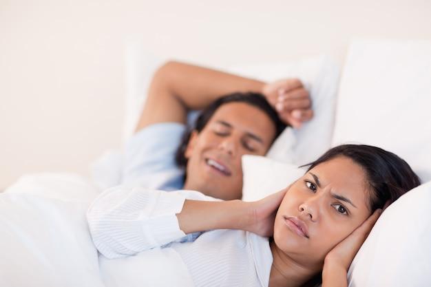 Uomo che sveglia la sua ragazza con il russare