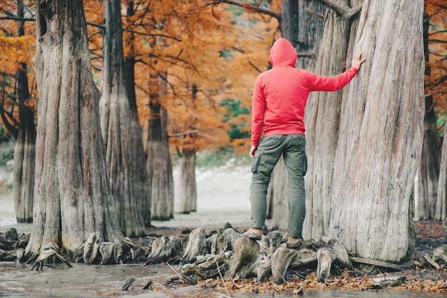 Uomo che cammina in autunno all'aperto.