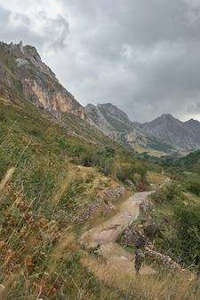 Uomo che cammina attraverso una valle a somiedo