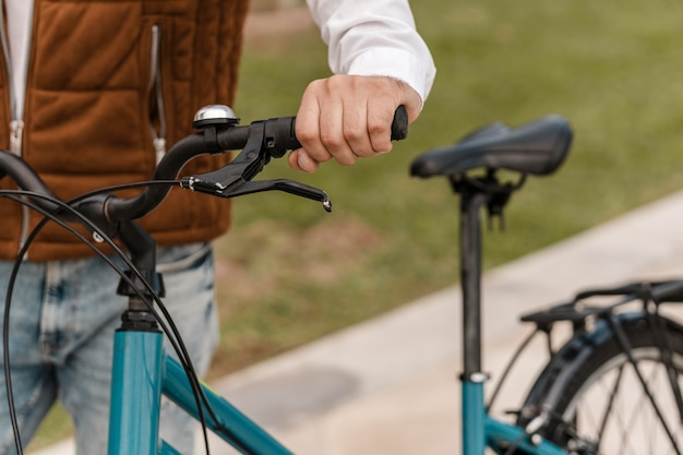 Uomo che cammina con la sua bici accanto a lui
