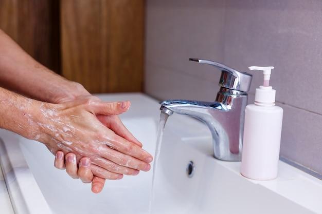 L'uomo si lava le mani a casa