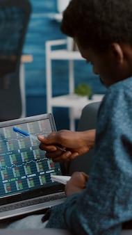 Uomo che guarda e monitora i mercati azionari delle criptovalute