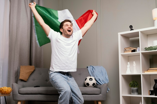 Uomo che guarda il programma sportivo in tv