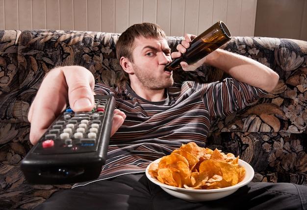 Uomo che guarda la tv