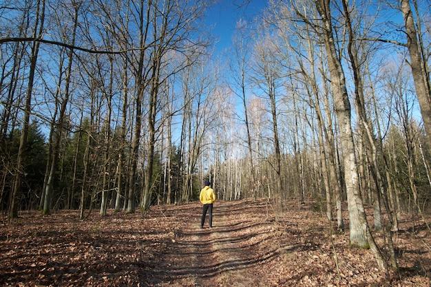 L'uomo indossava un impermeabile giallo che vagava per i boschi