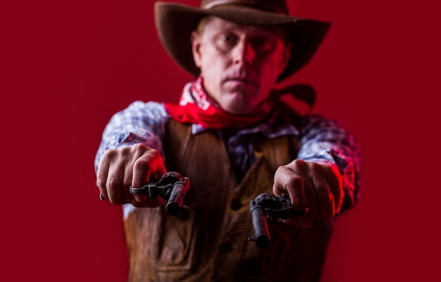 Uomo che indossa cappello da cowboy, pistola. ritratto di un cowboy.
