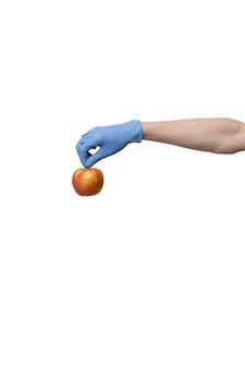 Guanti da portare dell'uomo che tengono frutta fresca in palma. servizio di consegna in quarantena