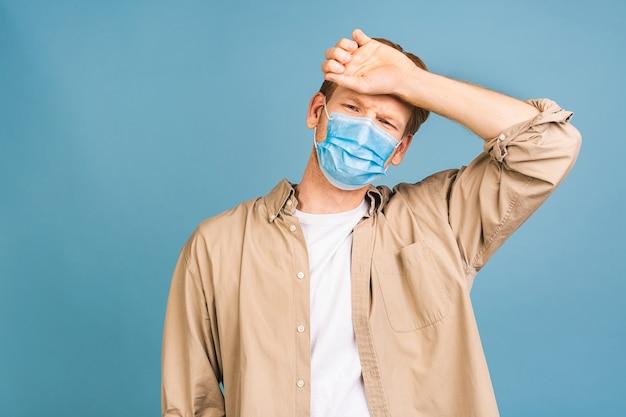 Uomo che indossa una maschera igienica per prevenire infezioni, malattie respiratorie trasmesse per via aerea come l'influenza, 2019-ncov